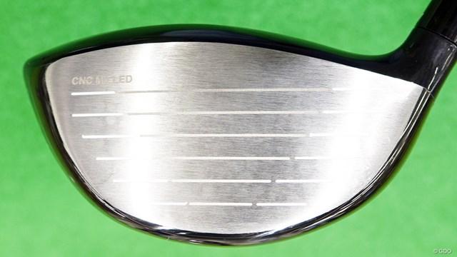 RS5 ドライバーを西川みさとが試打「懐かしい打感」 フェース裏面に高精度CNCミルド加工を採用。左上に『CNC MILLED』の文字が