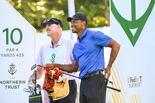 2020年 ザ・ノーザントラスト 初日 タイガー・ウッズ ウッズのバッグの中身をチェック※写真は2020年「ザ・ノーザントラスト」(Keyur Khamar/PGA TOUR via Getty Images)