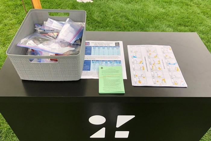 スタート前に用意されているピンポジションのシートなど。スコアカードやペンはコロナ対策でひとつずつパッキングされている(提供:ZOZOチャンピオンシップ) 2021年 ZOZOチャンピオンシップ@シャーウッド 3日目 スタートティ