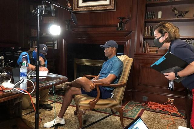 2021年 ZOZOチャンピオンシップ@シャーウッド 4日目 タイガー・ウッズ 試合前にインタビューを受けるタイガー・ウッズ。右が畠山さん(提供:ZOZOチャンピオンシップ)