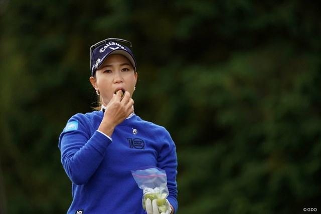 2020年 樋口久子 三菱電機レディスゴルフトーナメント 初日 上田桃子 頬張ってるのは梅干しか