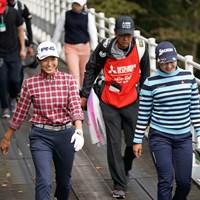 橋の上でも仲良く談笑 2020年 樋口久子 三菱電機レディスゴルフトーナメント 初日 渋野日向子 小祝さくら