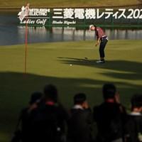 大会看板の前でパッティング 2020年 樋口久子 三菱電機レディスゴルフトーナメント 初日 渋野日向子