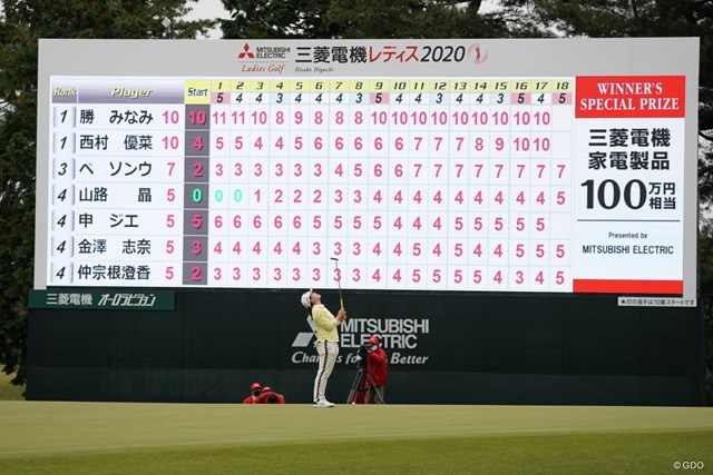 2020年 樋口久子 三菱電機レディスゴルフトーナメント 3日目 勝みなみ 最終18番でバーディパットを外し、勝みなみは天を仰いだ。優勝副賞の家電100万円分も手のひらからするりとこぼれ落ちた