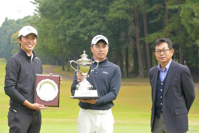 2020年 柏オープンゴルフ選手権 ローアマチュアの安部高秀(左)と優勝した上野晃紀(中央)、大会会長の薬師寺広さん
