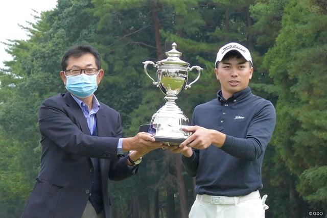 2020年 柏オープンゴルフ選手権 柏ゴルフフェスタ実行委員会の薬師寺広会長(左)と優勝した上野晃紀(右)