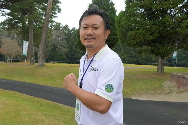 2020年 柏オープンゴルフ選手権 大会の公式ロゴ付きシャツを着用するゼネラルマネージャーの薬師寺輝さん
