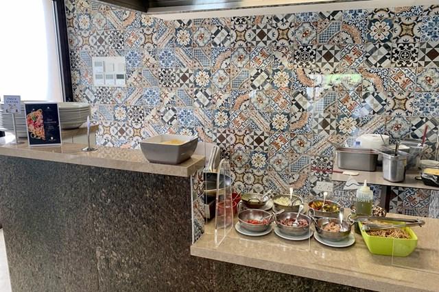 2020年 アフロディーテ ヒルズ キプロスオープン 事前 アフロディーテヒルズリゾート レストランのパスタコーナー。壁紙の凝ったデザインがトルコやギリシャ、中東の文化を醸し出していて…