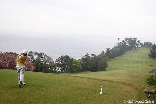 2010年 フジサンケイレディス 初日 富士コース16番 富士コースの16番、左側はもちろん海です