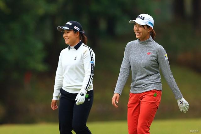 畑岡奈紗(左)と会話をかわして笑顔の渋野日向子