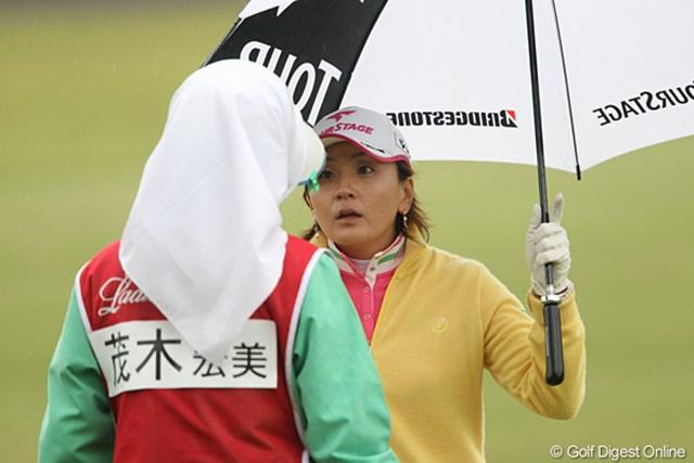 2010年 フジサンケイレディス 初日 茂木宏美 キャディさんと只今、打ち合わせ中
