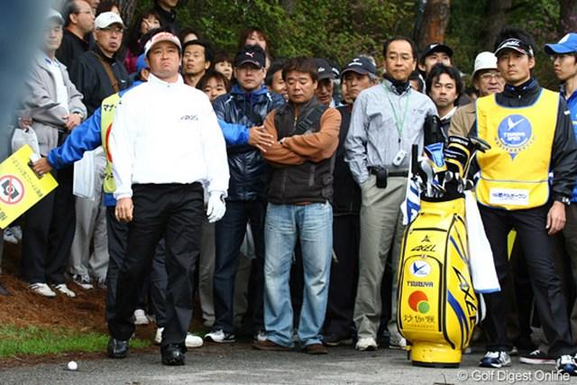 2010年 つるやオープン 2日目 横田真一 ホストプロの横田真一。カート道路上のボールを見つめなにやら悲しげ。ドロップすると、もっとライが悪くなるんです・・・