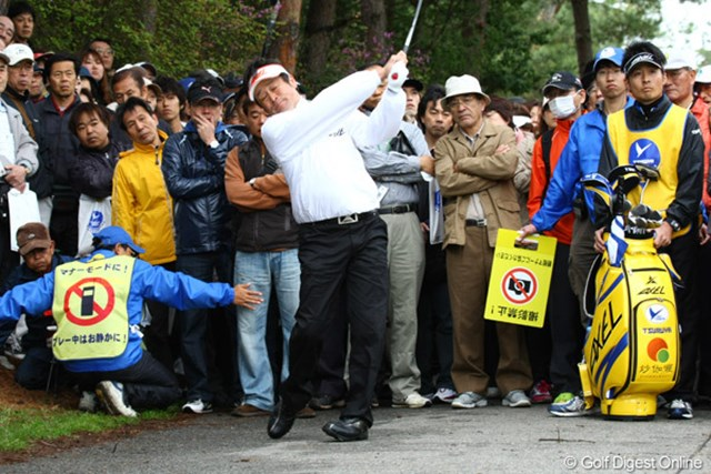 2010年 つるやオープン 2日目 横田真一 意を決してフェアウェイウッドでナイスショット!あれ?目をつぶって感覚で打っているのでしょうか