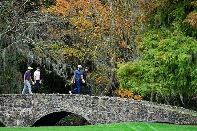 2021年 マスターズ 事前 ロリー・マキロイ ダスティン・ジョンソン フィル・ミケルソン いつもとは違う風景の13番ネルソンブリッジを歩くマキロイら(提供:Augusta National Golf Club)