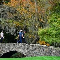 いつもとは違う風景の13番ネルソンブリッジを歩くマキロイら(提供:Augusta National Golf Club) 2021年 マスターズ 事前 ロリー・マキロイ ダスティン・ジョンソン フィル・ミケルソン