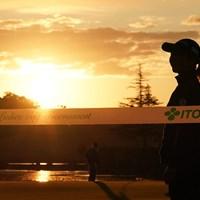 朝日が登りパットの練習をする選手達 2020年 伊藤園レディスゴルフトーナメント 初日 朝