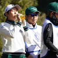 あまりの暑さにお茶を飲む 2020年 伊藤園レディスゴルフトーナメント 初日 大里桃子