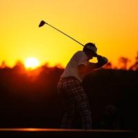 日没が迫る中、10番をティオフするイアン・ポールター(提供:Augusta National Golf Club) 2021年 マスターズ 2日目 イアン・ポールター