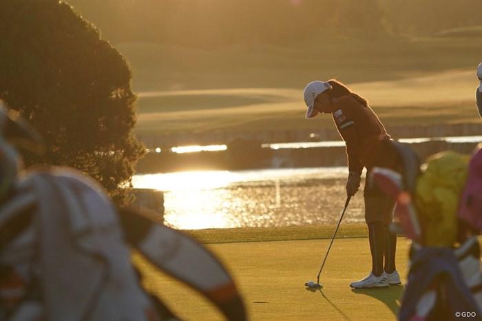 朝日が上る中パットの練習をするイ・ボミ 2020年 伊藤園レディスゴルフトーナメント 2日目 イ・ボミ
