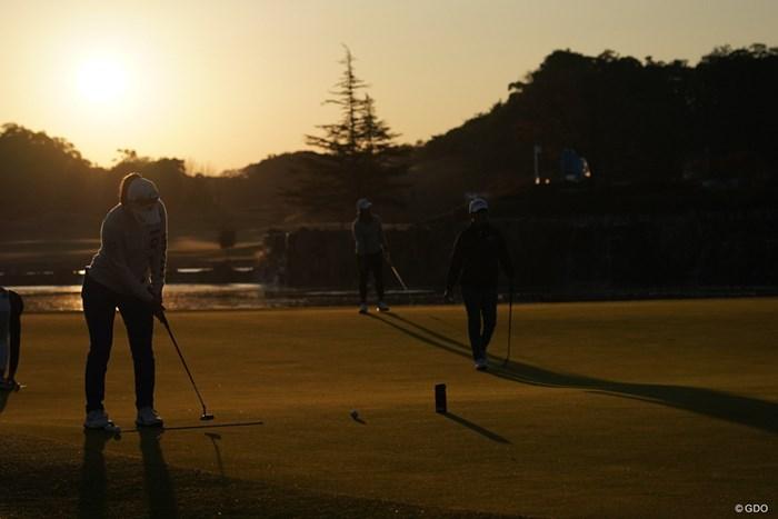 上田桃子は朝日を背にしてパットの練習 2020年 伊藤園レディスゴルフトーナメント 2日目 上田桃子