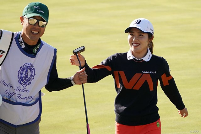 2020年 伊藤園レディスゴルフトーナメント 2日目 古江彩佳 古江彩佳(右)は首位で最終日に臨む