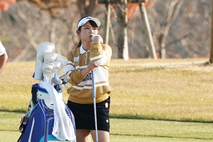 ラウンド中考え込む吉本ひかる 2020年 伊藤園レディスゴルフトーナメント 2日目 吉本ひかる