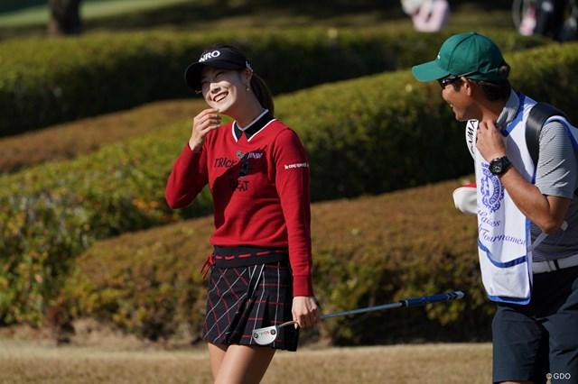 2020年 伊藤園レディスゴルフトーナメント 2日目 キム・ハヌル ラウンド中笑顔を見せる