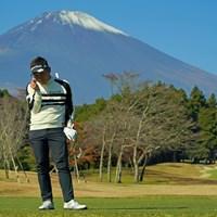 富士山の前でポーズ決めてます。 2020年 三井住友VISA太平洋マスターズ 3日目 池村寛世