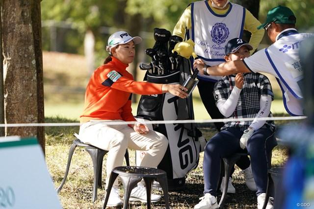 2020年 伊藤園レディスゴルフトーナメント 最終日 渋野日向子 キャディにノリを渡す渋野日向子