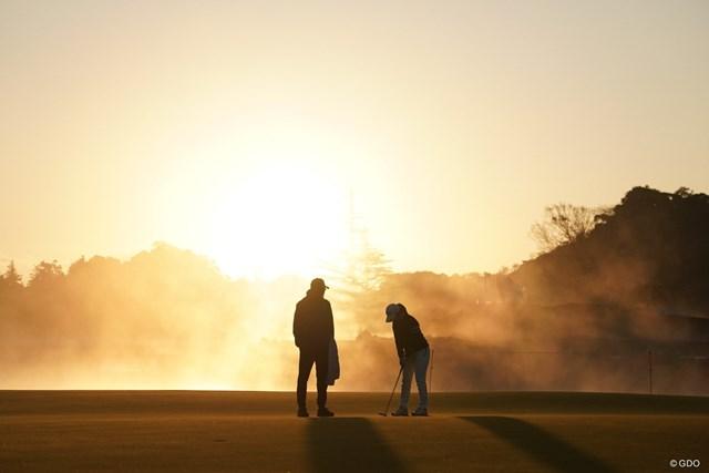 2020年 伊藤園レディスゴルフトーナメント 最終日 小祝さくら 朝日が登りパットの練習をする