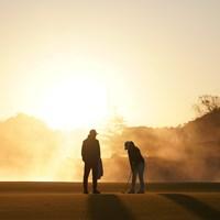 朝日が登りパットの練習をする 2020年 伊藤園レディスゴルフトーナメント 最終日 小祝さくら
