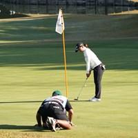 キャディとラインを見る鈴木愛 2020年 伊藤園レディスゴルフトーナメント 最終日 鈴木愛