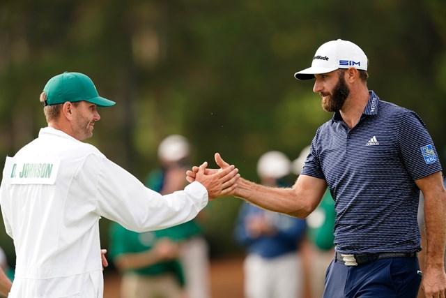 2021年 マスターズ 最終日 ダスティン・ジョンソン 弟でキャディのオースティンと優勝を称え合う(提供:Augusta National Golf Club)