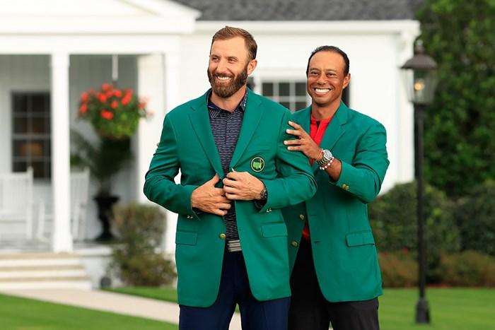 前年覇者のウッズからグリーンジャケットを受け取るダスティン・ジョンソン(提供:Augusta National Golf Club) 2021年 マスターズ  最終日 グリーンジャケット