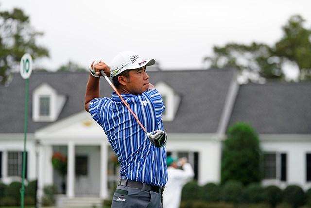 2021年 マスターズ  事前 松山英樹 練習日から青、緑、ピンク、水色、そして最終日は勝負カラーの黄色といずれも縦じまのウエアが新鮮だった松山英樹(提供:Augusta National Golf Club)