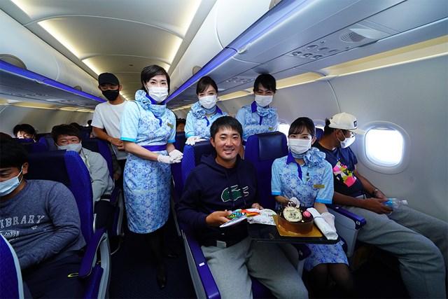 2020年 金谷拓実 プロ初勝利を挙げた金谷拓実には機内で客室乗務員からケーキのプレゼントも(提供:JGTO)