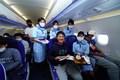 プロ初勝利を挙げた金谷拓実には機内で客室乗務員からケーキのプレゼントも(提供:JGTO)