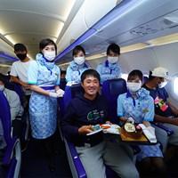 プロ初勝利を挙げた金谷拓実には機内で客室乗務員からケーキのプレゼントも(提供:JGTO) 2020年 金谷拓実