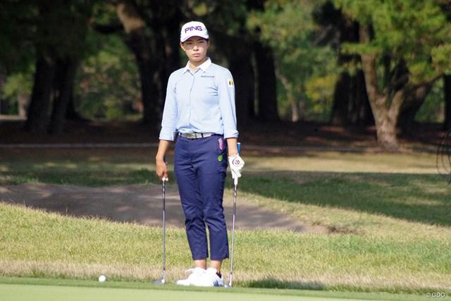 2020年 LPGAツアーチャンピオンシップリコーカップ 初日 渋野日向子 グリーン周りのアプローチを念入りにチェックした渋野日向子