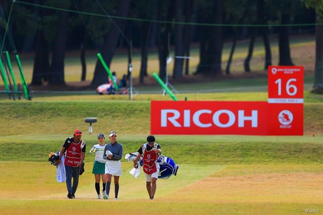 2020年 LPGAツアーチャンピオンシップリコーカップ 初日 原英莉花 小祝さくら 2サムラウンドを歓迎する原英莉花。小祝さくらと同組は日本女子オープンの決勝ラウンドと同じ