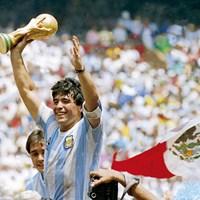 「神の子」と呼ばれたサッカーのディエゴ・マラドーナ氏(写真は1986年のサッカーワールドカップ)(Bob Thomas Sports Photography via Getty Images) ディエゴ・マラドーナ