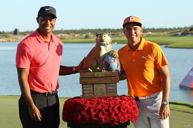 2020年 リッキー・ファウラー 逆転優勝を果たしたリッキー・ファウラー(右)。タイガー・ウッズと記念撮影(写真は2017年ヒーローワールドチャレンジ)
