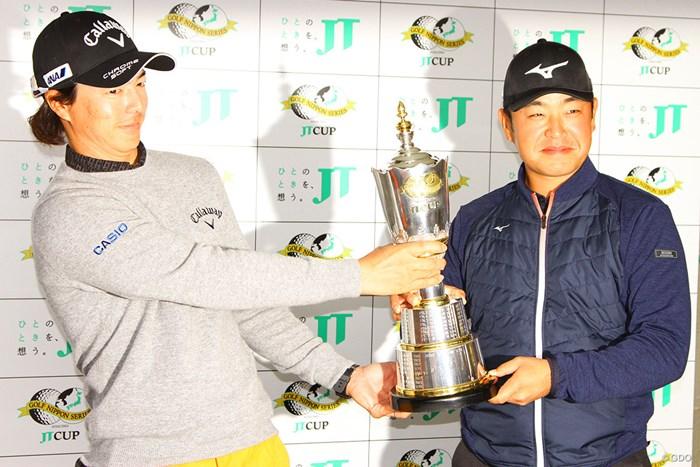 石川遼(左)は時松隆光とフォトセッション。選手会長職のバトンは引き継いだけど、優勝カップは渡さない? 2020年 ゴルフ日本シリーズJTカップ 事前 石川遼 時松隆光