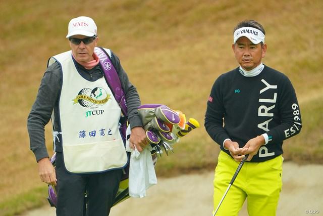 2020年 ゴルフ日本シリーズJTカップ 初日 藤田寛之 藤田寛之はこの試合をもってプロキャディを引退するピーター・ブルースさんへの思いも胸に戦う