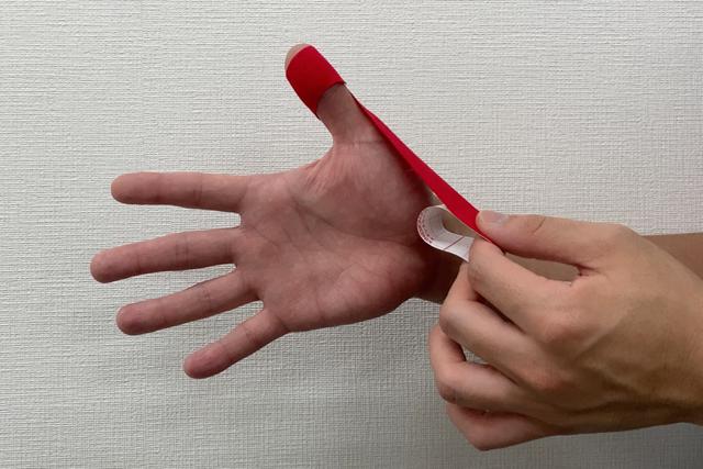 テーピング:親指編 螺旋状に手首まで(提供:ケアくる)