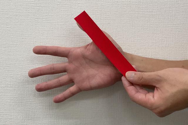 テーピング:親指編 カットしたテープを一枚(提供:ケアくる)