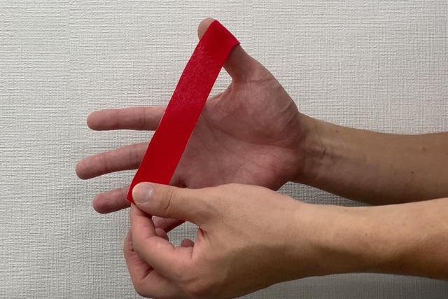 テーピング:親指編 親指の爪の脇に貼っていく(提供:ケアくる)