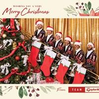 タイガー・ウッズ(右から2人目)らが並ぶテーラーメイド社のクリスマスカード 2020年 テーラーメイド クリスマスカード