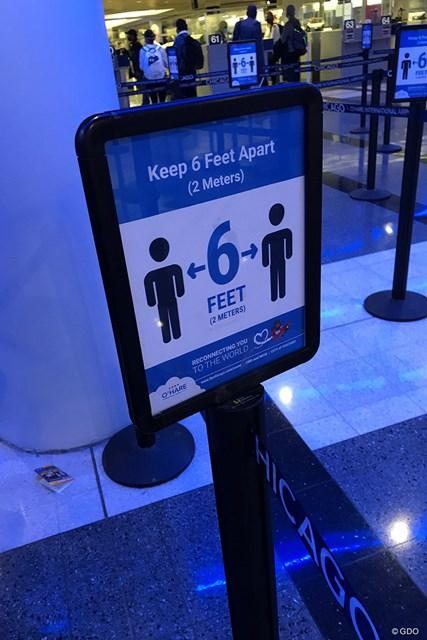 2020年 全米女子オープン ソーシャル・ディスタンス 空港のいたるところにこの看板