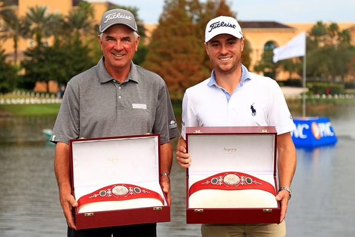 父でコーチのマイク(左)と組んで優勝したジャスティン・トーマス(Mike Ehrmann/Getty Images) 2021年 PNC選手権 最終日 ジャスティン・トーマス